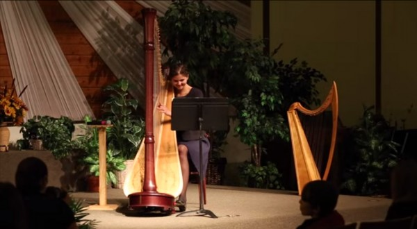 Stephanie-Claussen-playing-Aura-Lee-on-the-harp