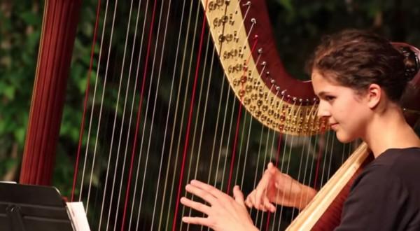 Stephanie-Claussen-playing-Bolada-De-Aficionado-on-the-harp