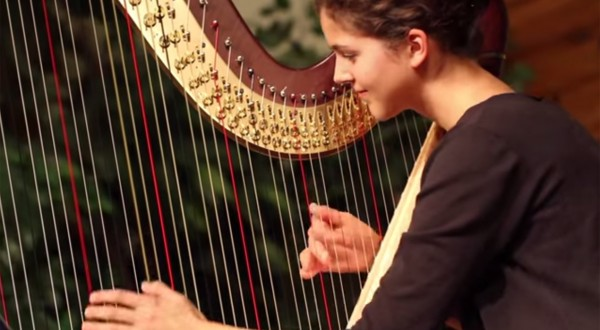 Stephanie-Claussen-playing-Bràighe-Loch-Iall-on-the-harp