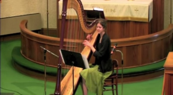 Stephanie-Claussen-playing-Maid-on-the-Shore-on-the-harp